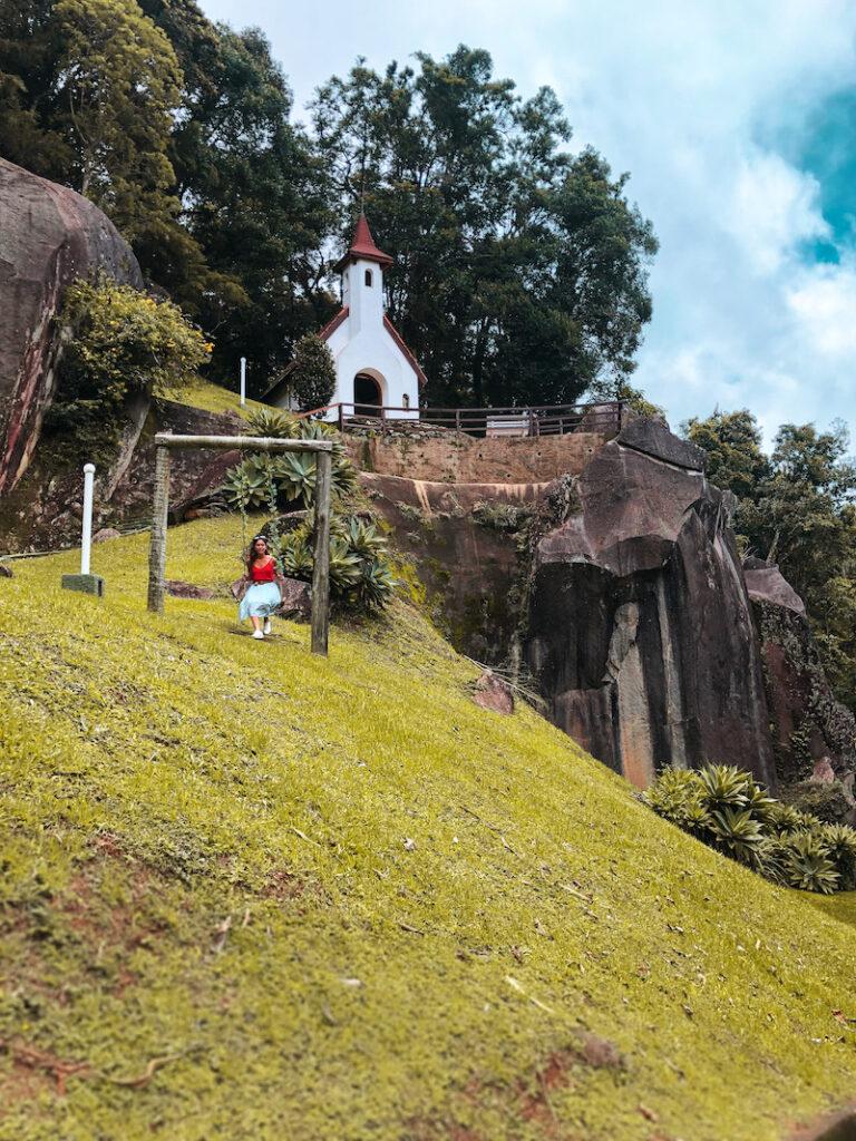montanha, igreja e balanço